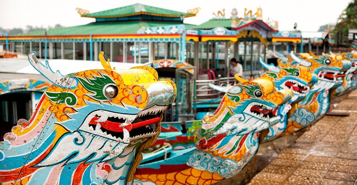 front of boat with dragon head